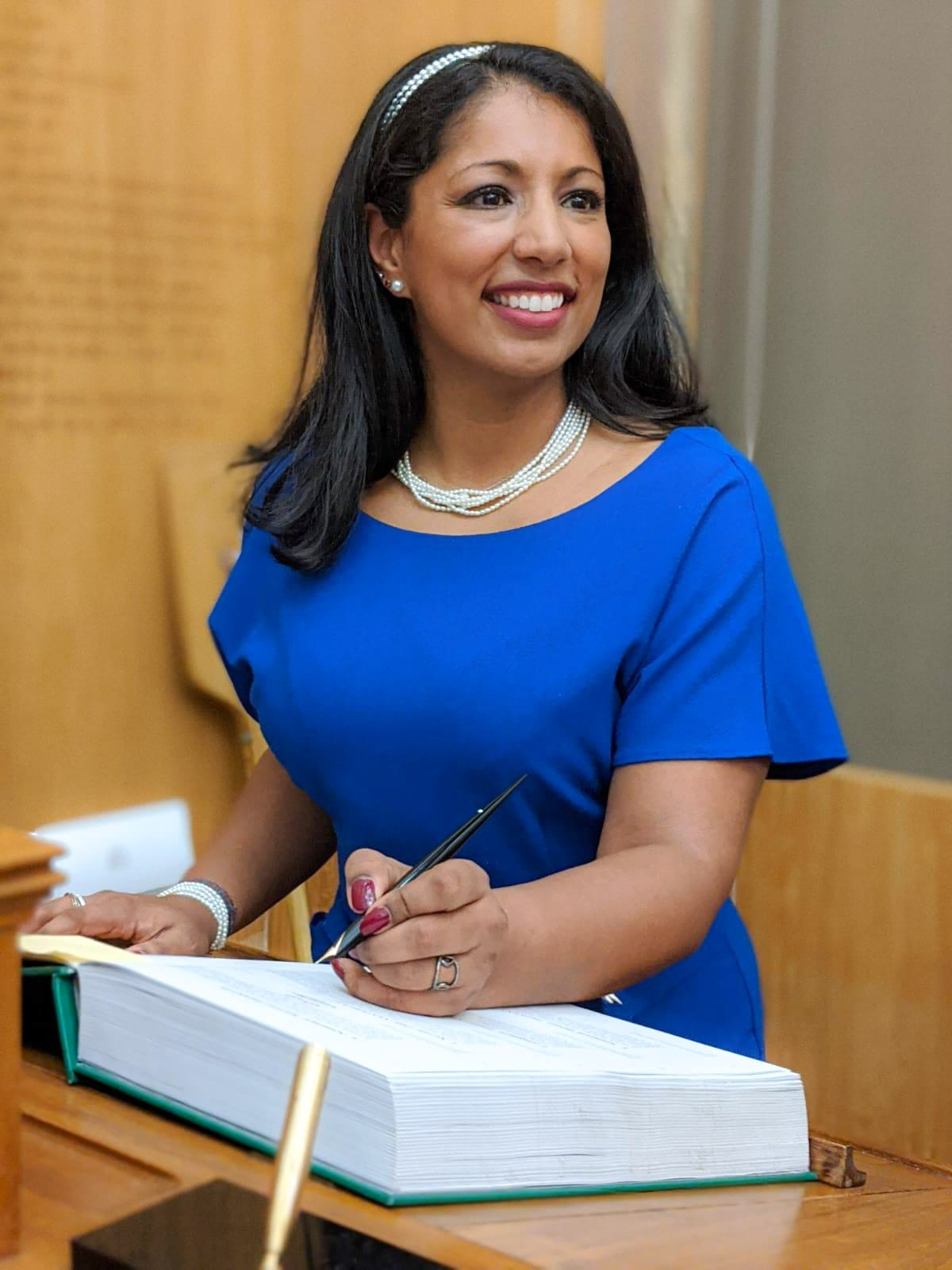 Naureen Shariff signs the Freeman's Declaration Book shortly after being awarded the Freedom of the City of London.