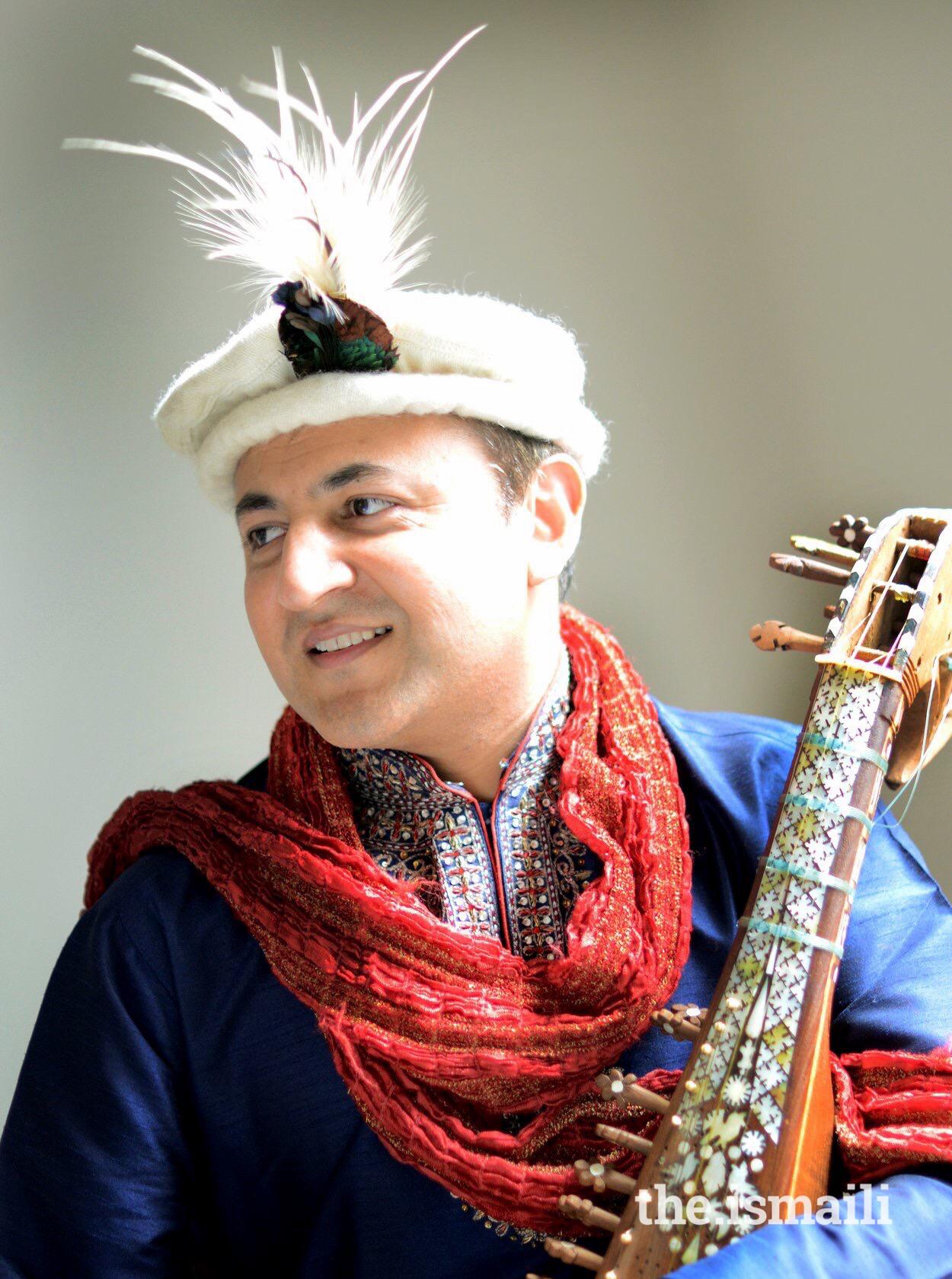 Shahid Qalandar playing the rubab.
