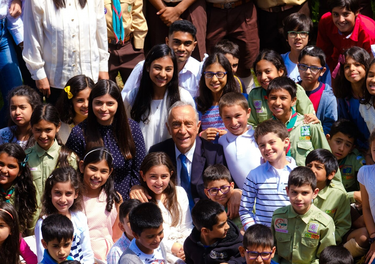 President Marcelo surrounded by Ismaili youth in the Garden of Fruits at the Ismaili Centre, Lisbon.