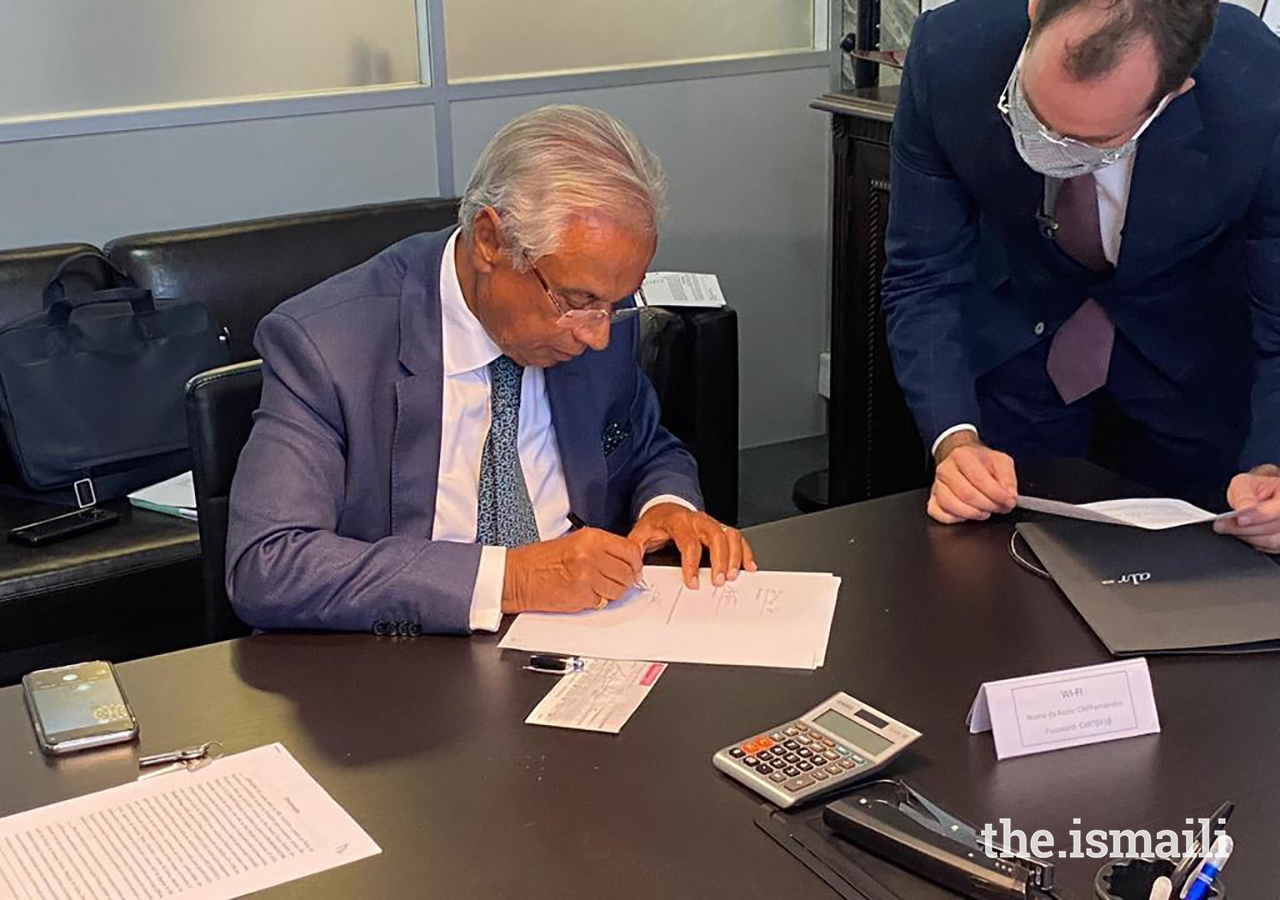 Diplomatic Representative of the Ismaili Imamat to the Portuguese Republic, Nazim Ahmad, signs the deed for the Palacete Leitão on behalf of the Ismaili Imamat.