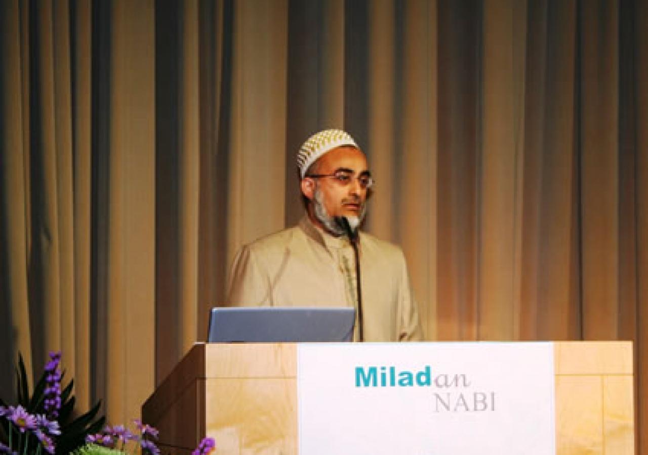 Janab Amil Bhai Ubai Nooruddin, addressing the audience in Chicago