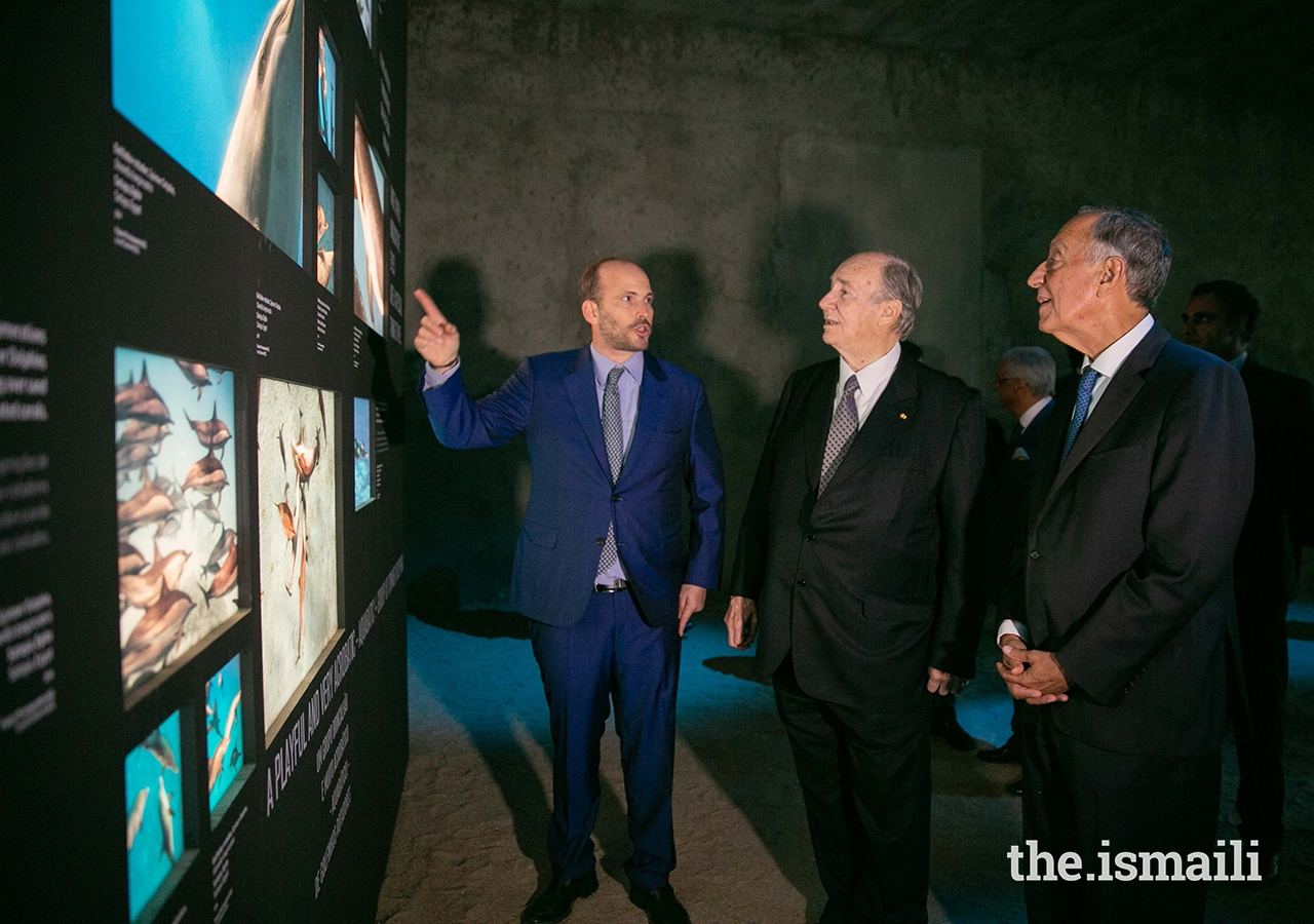 Prince Hussain presents a photograph to Mawlana Hazar Imam and President Marcelo Rebelo de Sousa at The Living Sea photo exhibition in Lisbon.