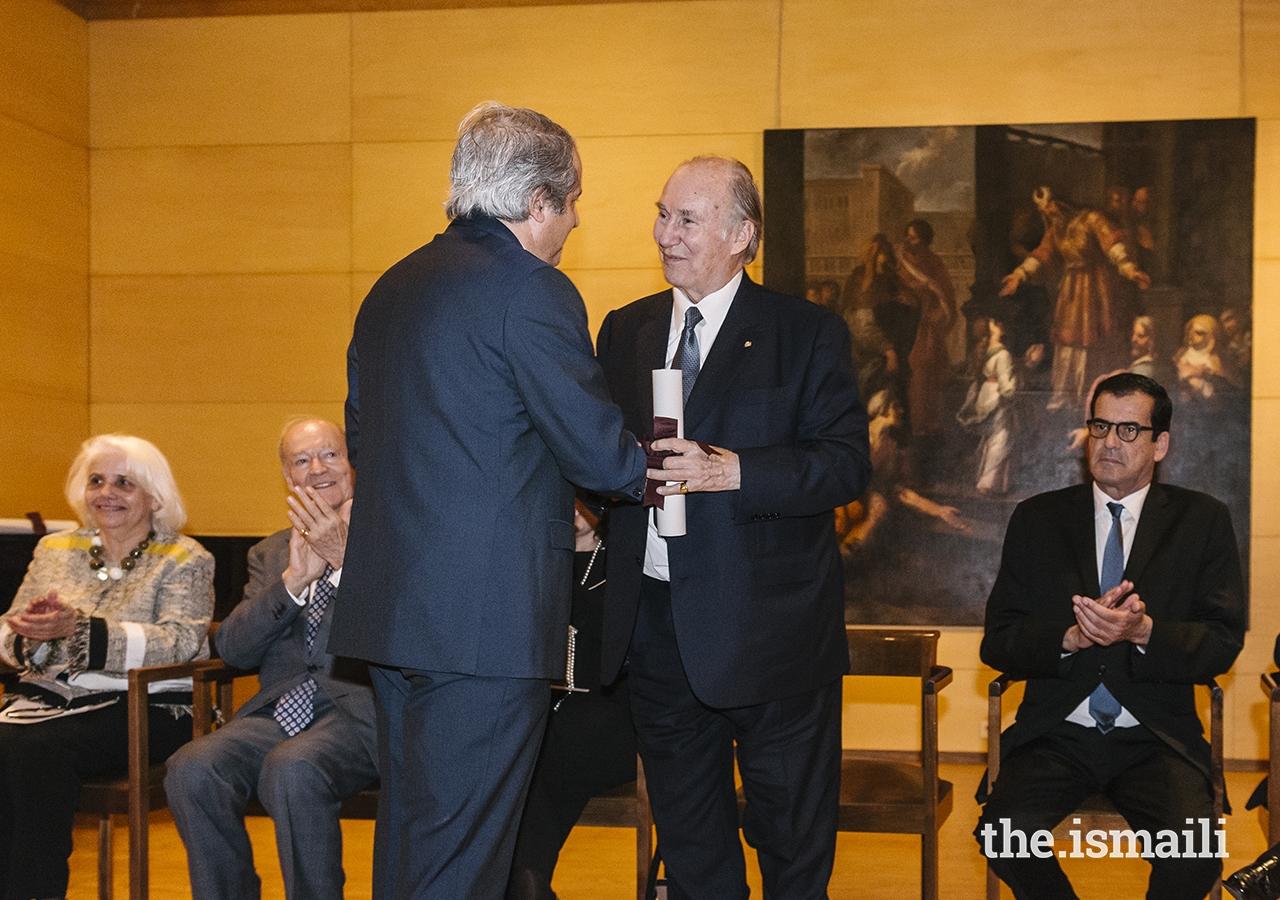 Álvaro Sequeira Pinto, President of the Soares dos Reis Museum Group of Friends, confers Mawlana Hazar Imam with the Benefactor Member Diploma of the Soares de Reis National Museum.