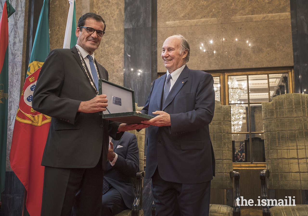 Mayor Rui Moreira presents the Keys of the City of Porto to Mawlana Hazar Imam.