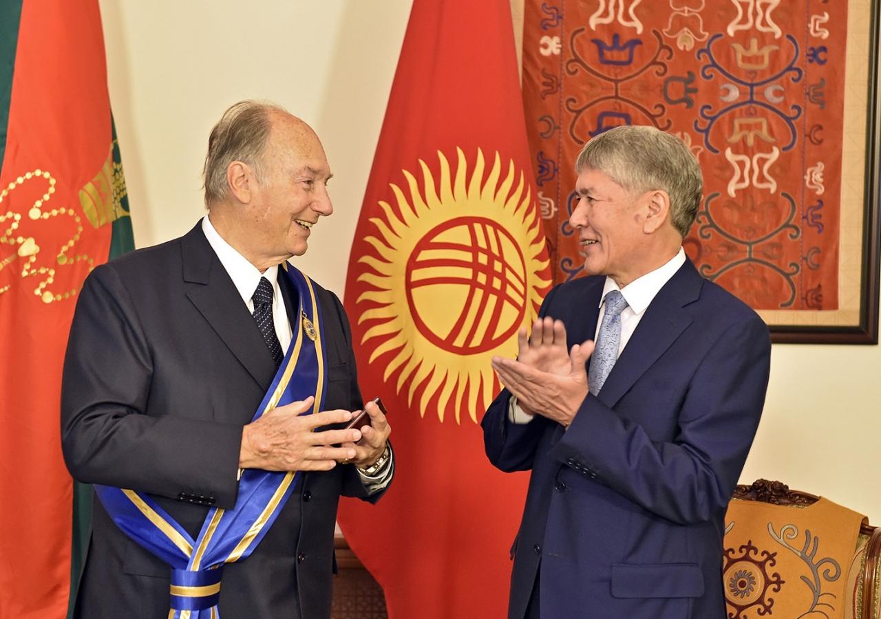 Kyrgyz President Almazbek Atambayev presented Mawlana Hazar Imam with the Order of Danaker in Bishkek on 18 October 2016. Gary Otte