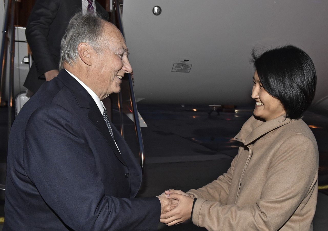 Her Excellency Elvira Sarieva, Minister of Science and Education receives Mawlana Hazar Imam on behalf of the Kyrgyz government. Gary Otte