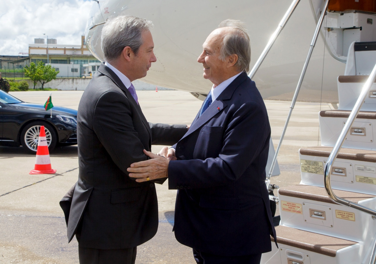 Senior Protocol Officer António Barroso welcomes Mawlana Hazar Imam to Portugal on behalf of the government. AKDN / Luis Filipe Catarino