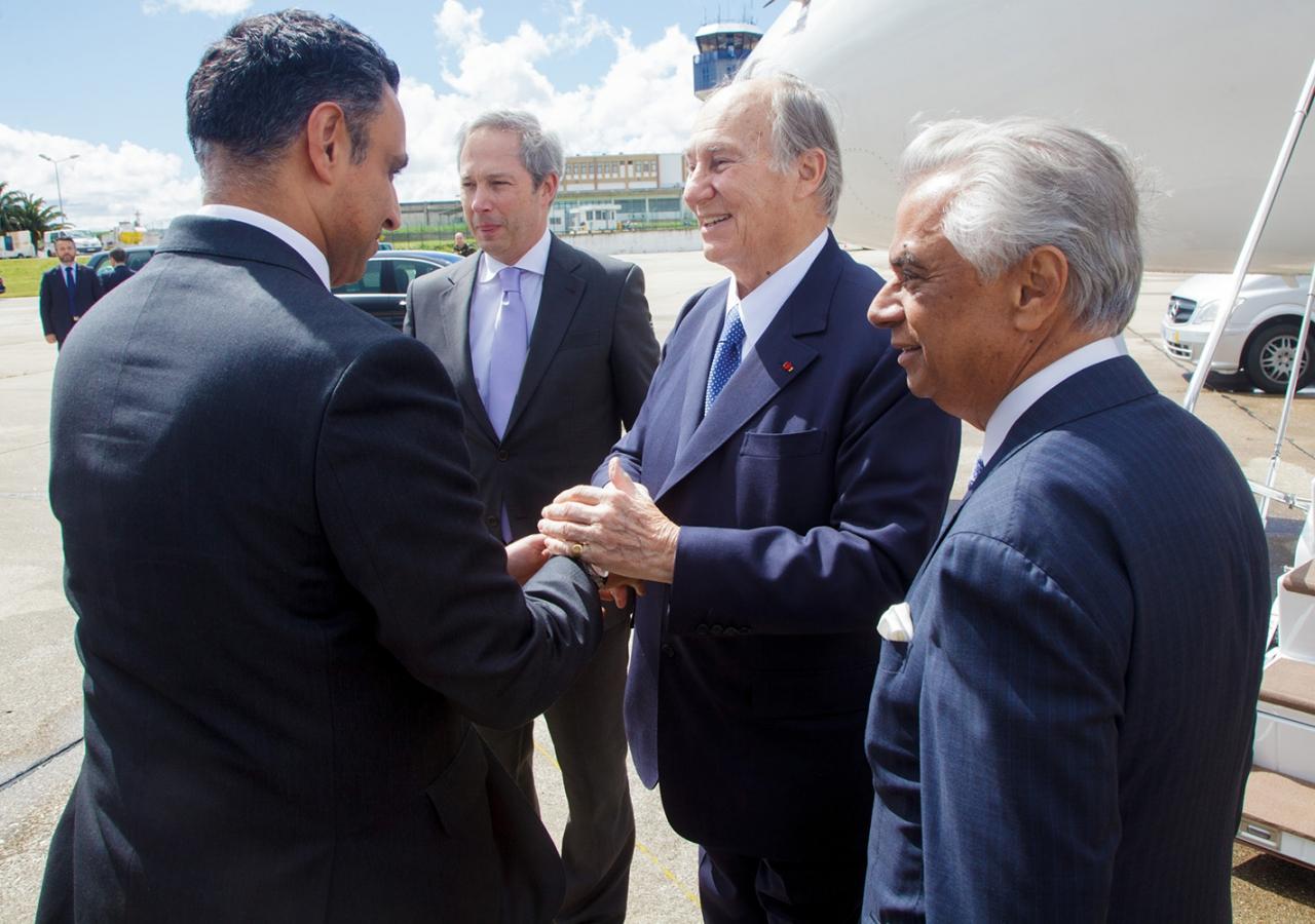 Mawlana Hazar Imam is greeted by Ismaili Council for Portugal President Rahim Firozali. AKDN / Luis Filipe Catarino