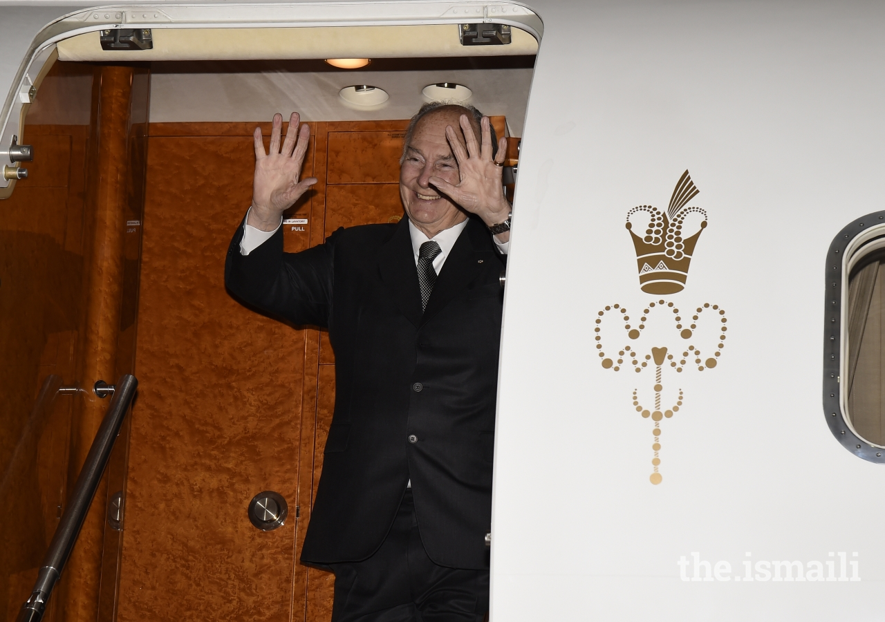 Mawlana Hazar Imam waves goodbye to the leaders assembled at Montreal airport at the end of his visit to Canada.