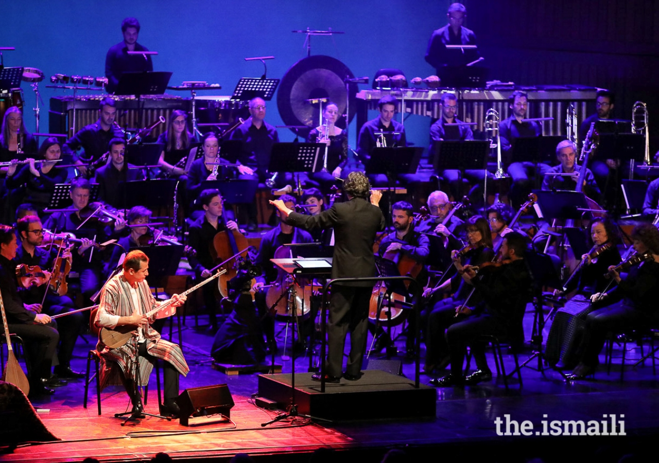 Sirojiddin Juraev performing along the Gulbenkian Orchestra conducted by Pedro Neves.