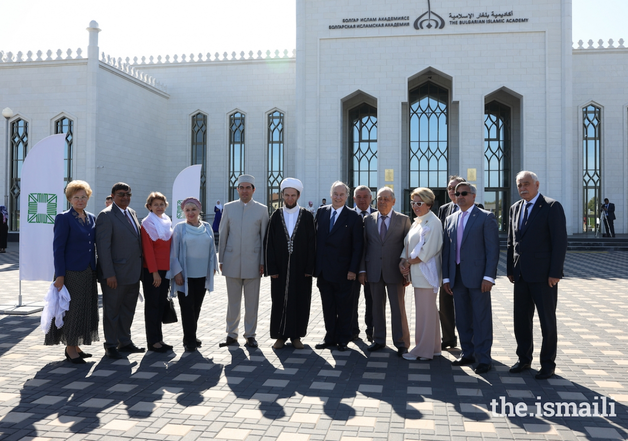 Mawlana Hazar Imam and Mintimer Shaimiev, State Counsellor of Tatarstan, pose for a group photograph with senior government officials, leadership of the Bolgar Islamic Academy, and the Aga Khan Development Network.