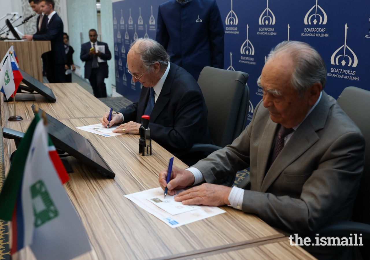 Mawlana Hazar Imam and Mintimer Shaimiev, State Counsellor of Tatarstan, sign copies of the newly issued postage stamp in commemoration of the 2019 Aga Khan Award for Architecture.