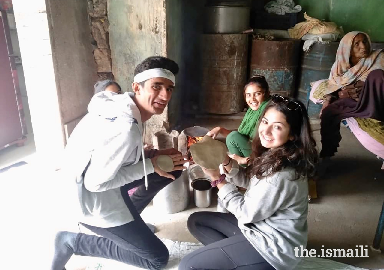 During a home visit in Kotda, GE Expedition participants learn how to make roti, a traditional Indian bread.