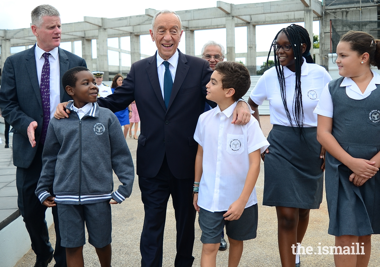 President Marcelo Rebelo de Sousa shares a light moment with students of the Aga Khan Academy, Maputo.
