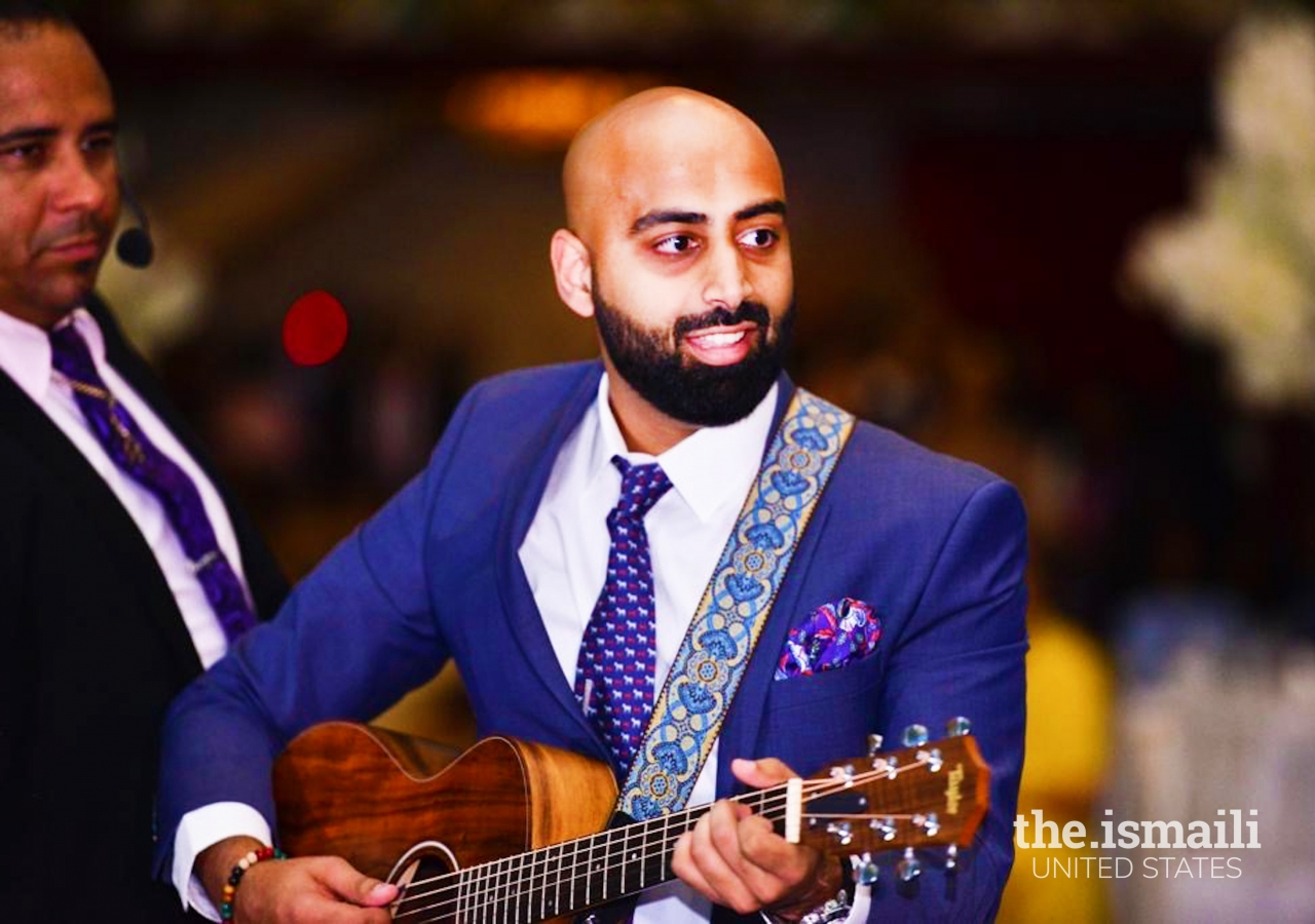 Hasan Ali playing the guitar with Fitoor the Band.