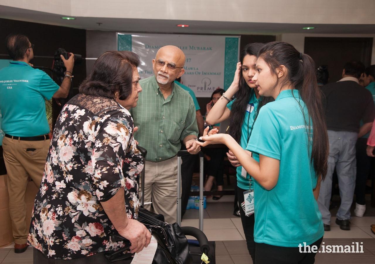 Volunteers assist Jamati members arriving in Houston.