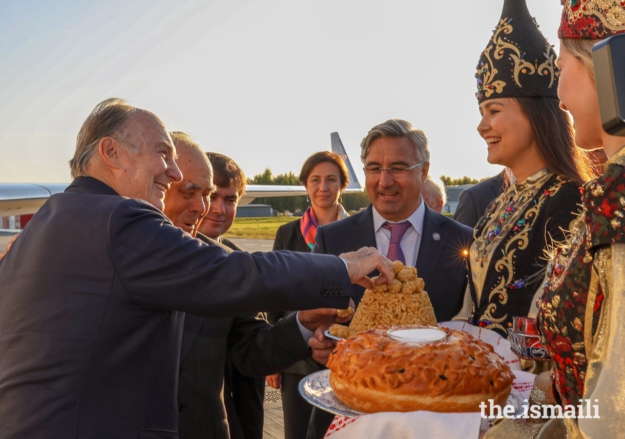 Upon his arrival into Kazan, Mawlana Hazar Imam is presented with an offering of traditional dishes from Russia and Tatarstan.