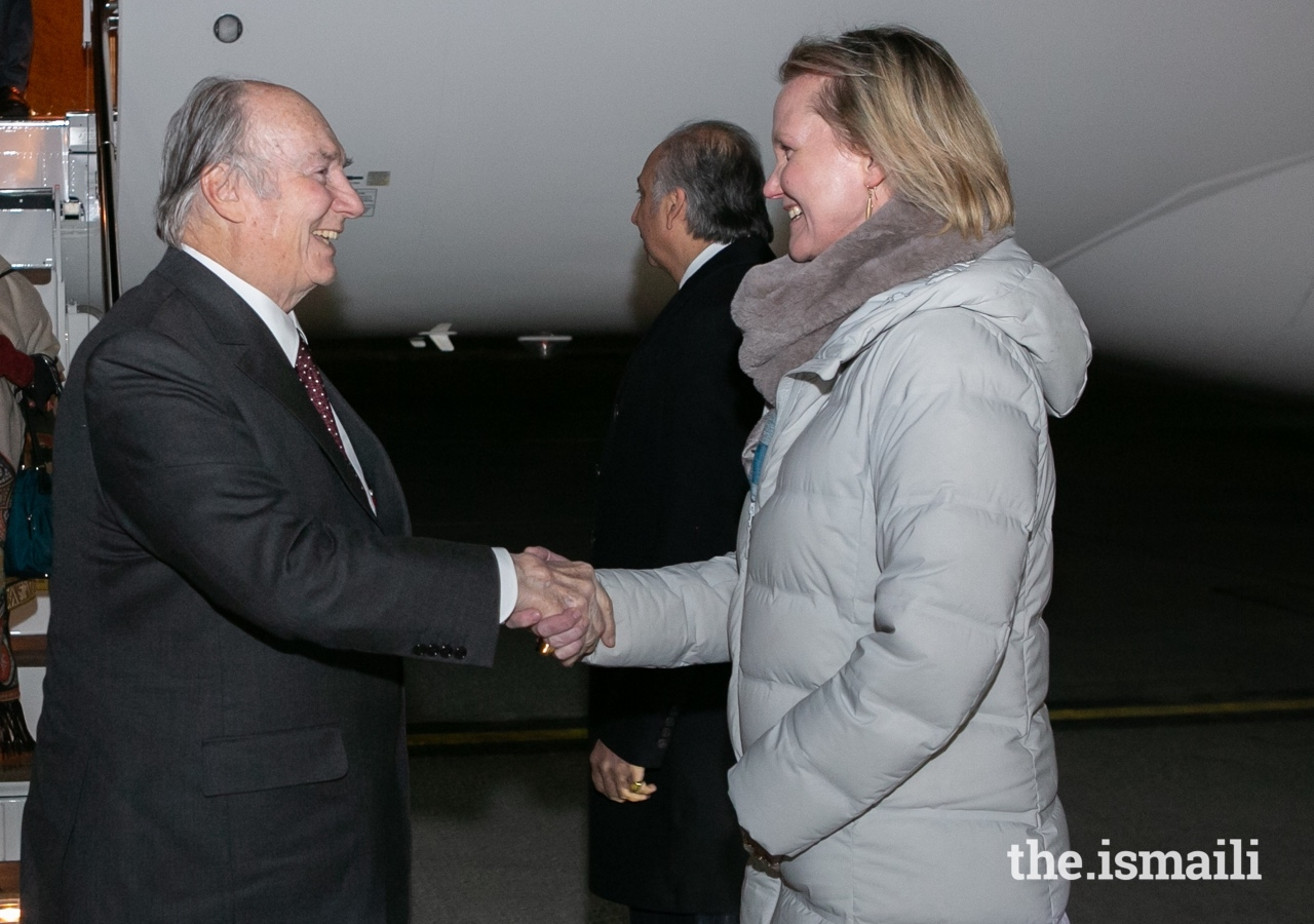 Mawlana Hazar Imam is welcomed to Ottawa by Secretary General Meredith Preston McGhie of the Global Centre for Pluralism.