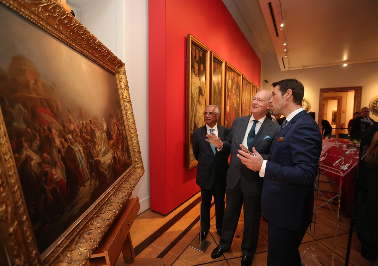 """Prince Amyn and Museum Director António Filipe Pimentel discuss Sequeira's """"Adoration of the Magi"""". The Aga Khan Foundation is supporting the Museum's campaign to acquire the national treasure. José Caria"""