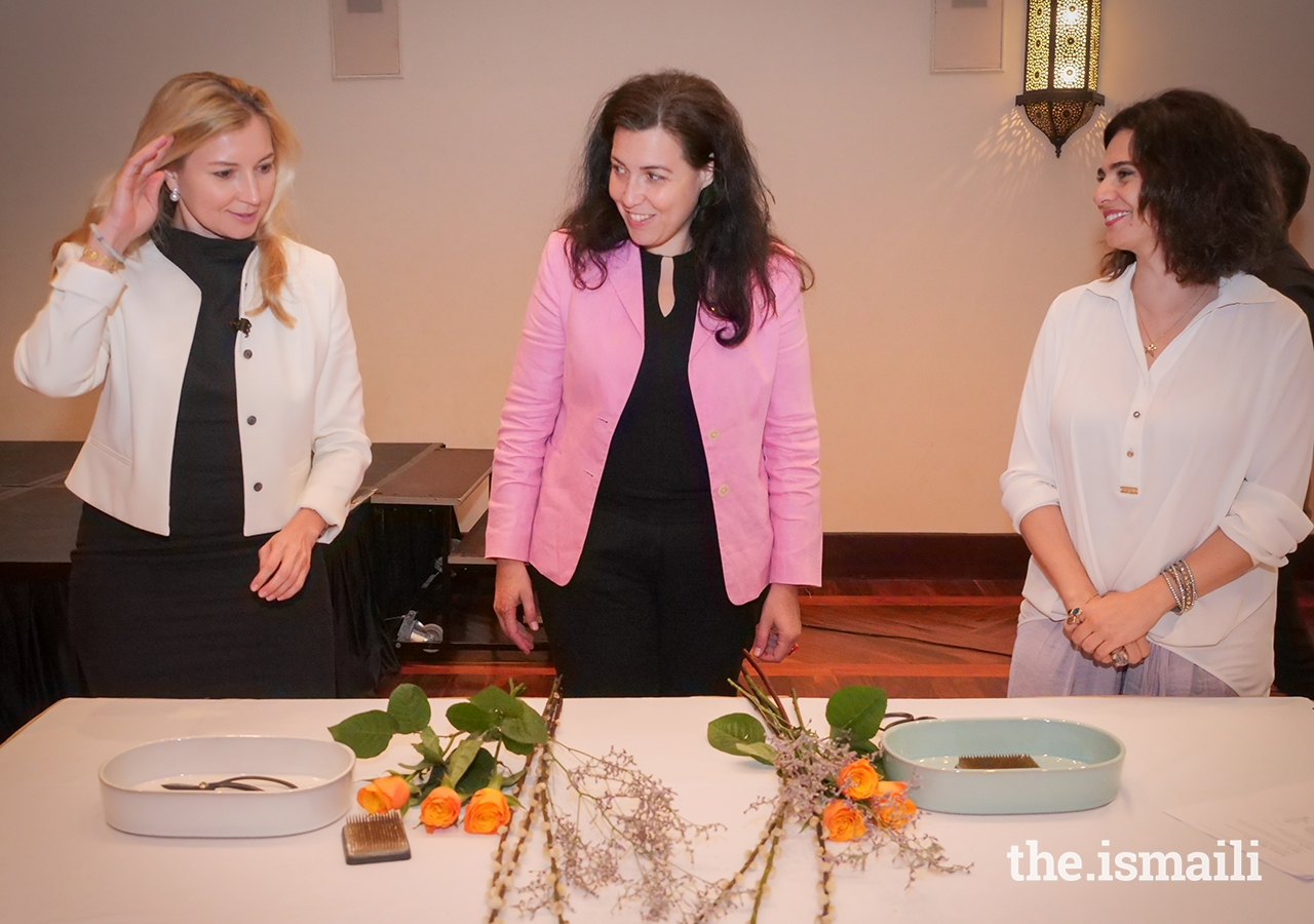 Ms Oki invited volunteers from the audience to create their own arrangements using the unique technique of Ikebana.