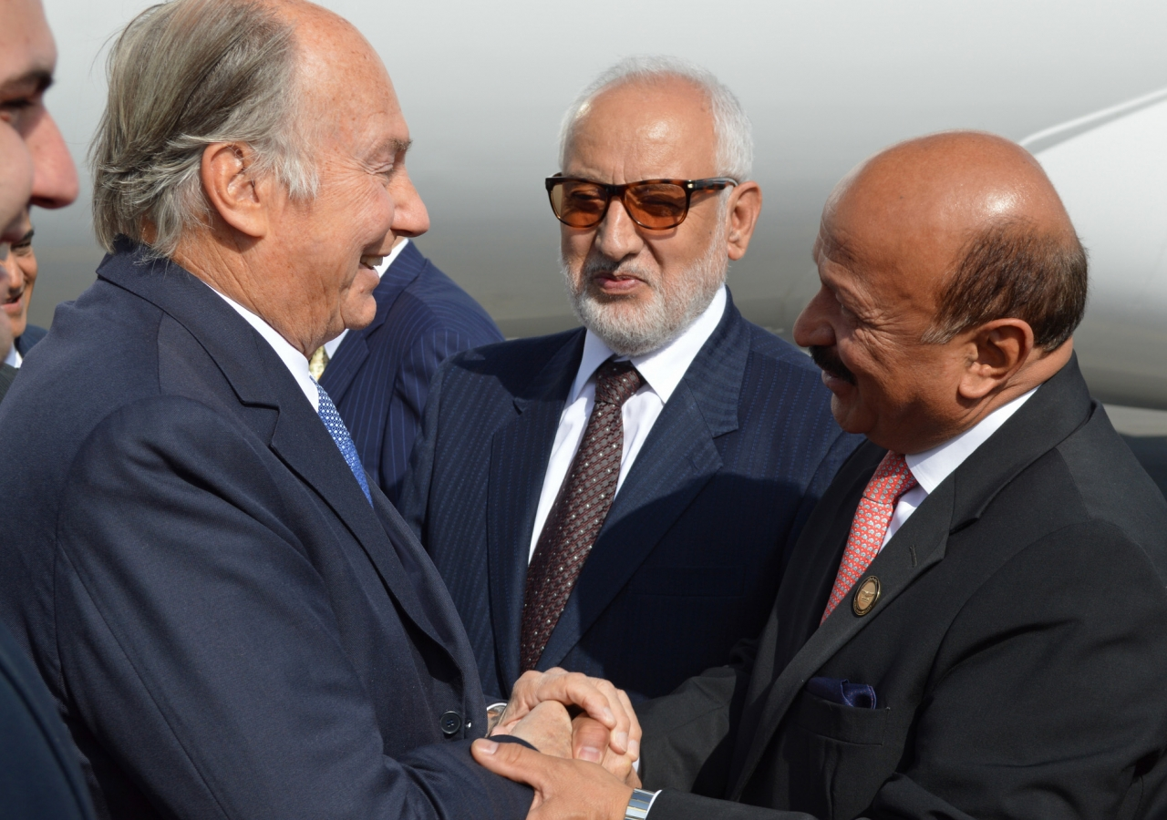 Mawlana Hazar Imam is received by the Mayor of Kabul, Mohammad Yunus Nawandish (right) and the Governor of Kabul, His Excellency Abdul Jabbar Taqwa (centre) upon his arrival at Kabul airport. AKDN