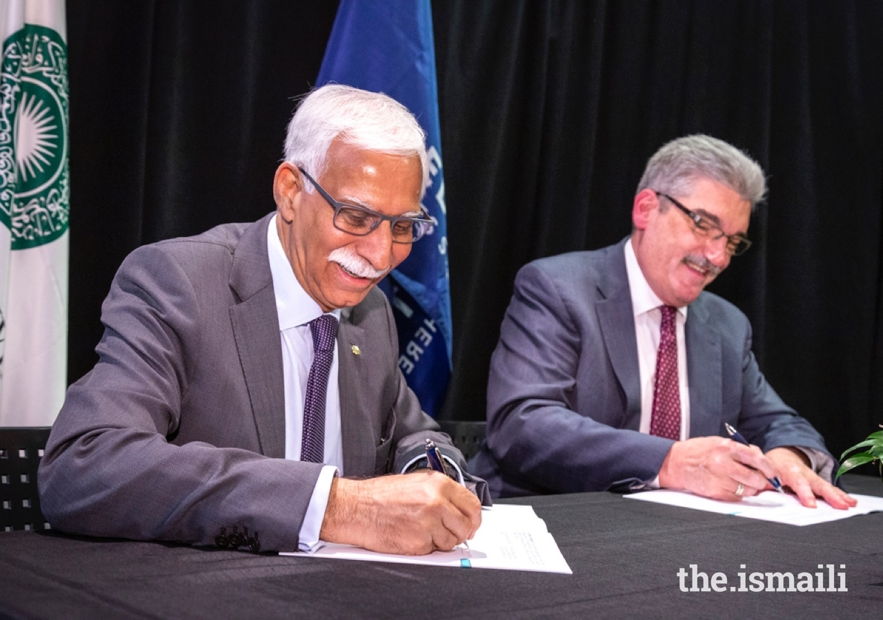 AKU President Firoz Rasul and President and Director of Fred Hutch Dr. Gary Gilliland sign a memorandum of understanding between their two institutions.