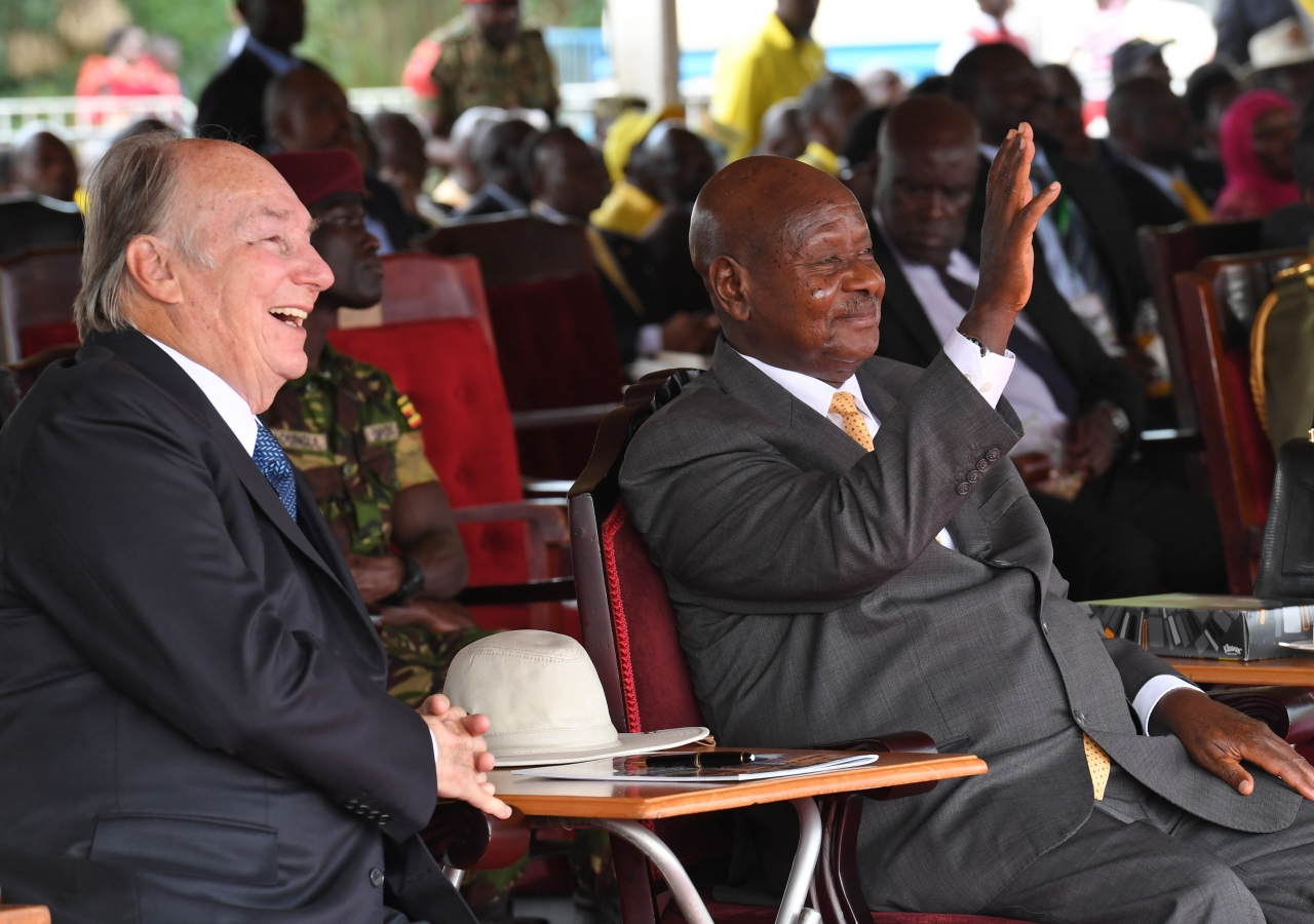 Mawlana Hazar Imam and His Excellency President Yoweri Museveni share a light moment during Uganda's 55th Independence Day celebrations.