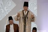 Mawlana Hazar Imam shares a light moment with the Jamat at the Diamond Jubilee Darbar in Lisbon, as Prince Amyn looks on.