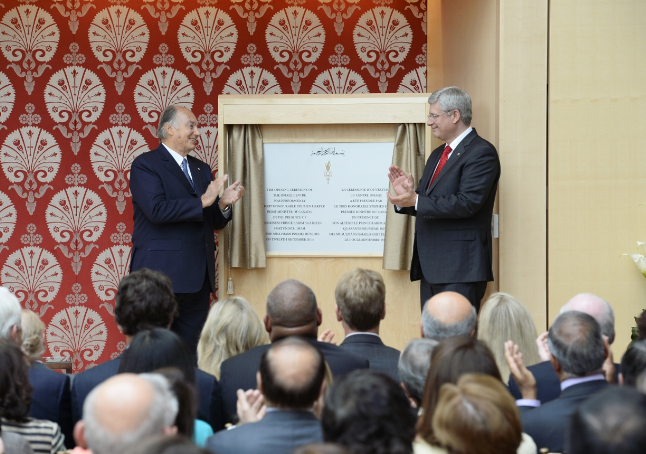 Mawlana Hazar Imam and Prime Minister Stephen Harper unveil a plaque commemorating the opening of the Ismaili Centre, Toronto. Moez Visram