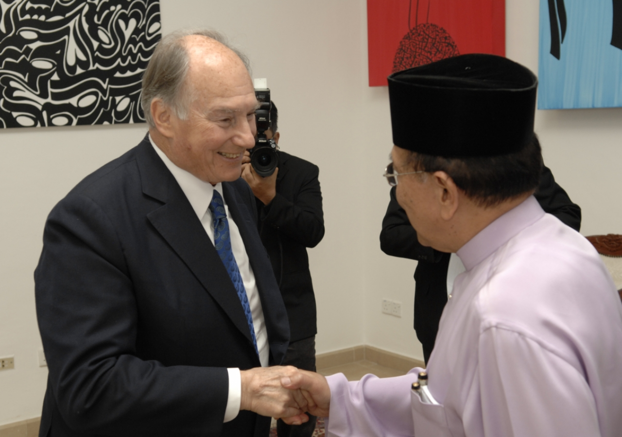 Mawlana Hazar Imam greets Dato Seri Utama Dr Rais Yatim, Malaysia's Minister of Information, Communications and Culture, who was the guest of honour at the inauguration of the exhibition.