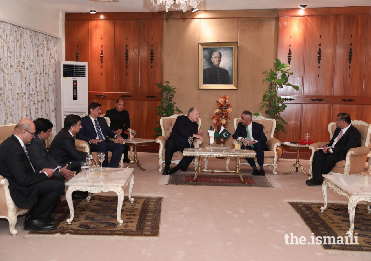 Mawlana Hazar Imam meets with government officials who received him upon arrival in Karachi