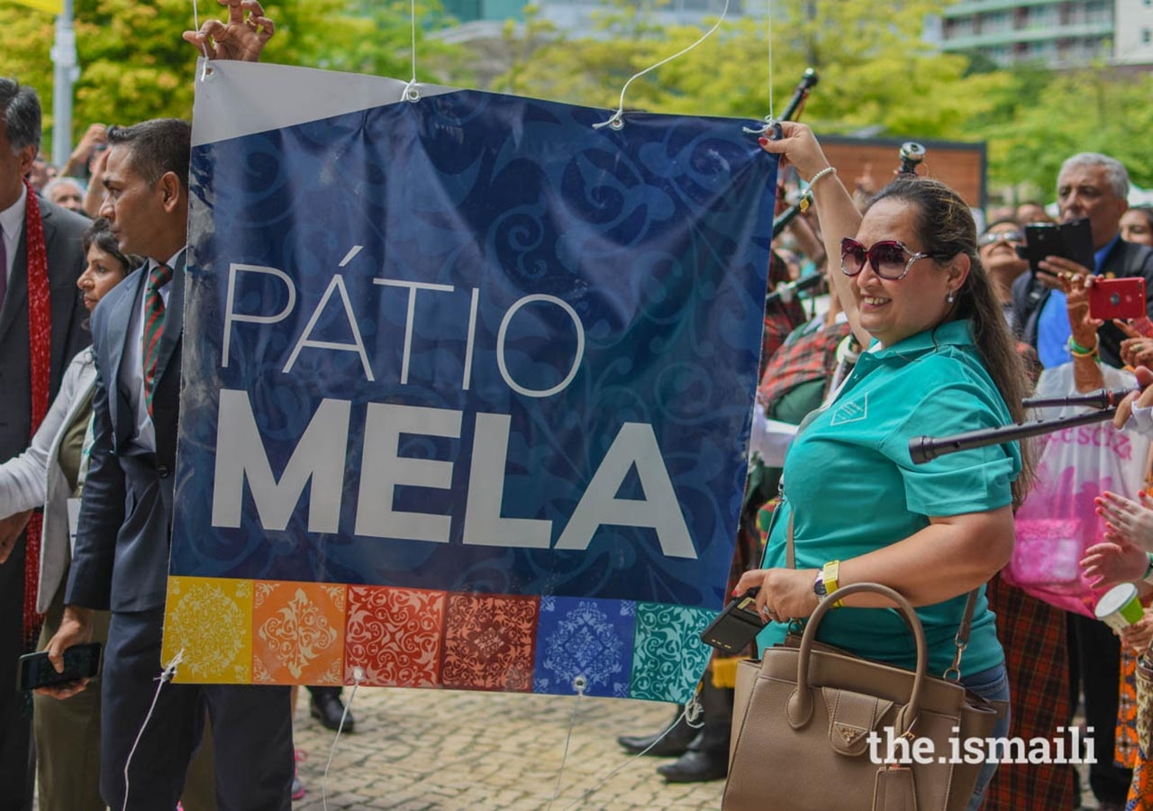 Jamati members and volunteers holding the Pátio Mela banner during the opening ceremonies of the Pátio Mela.
