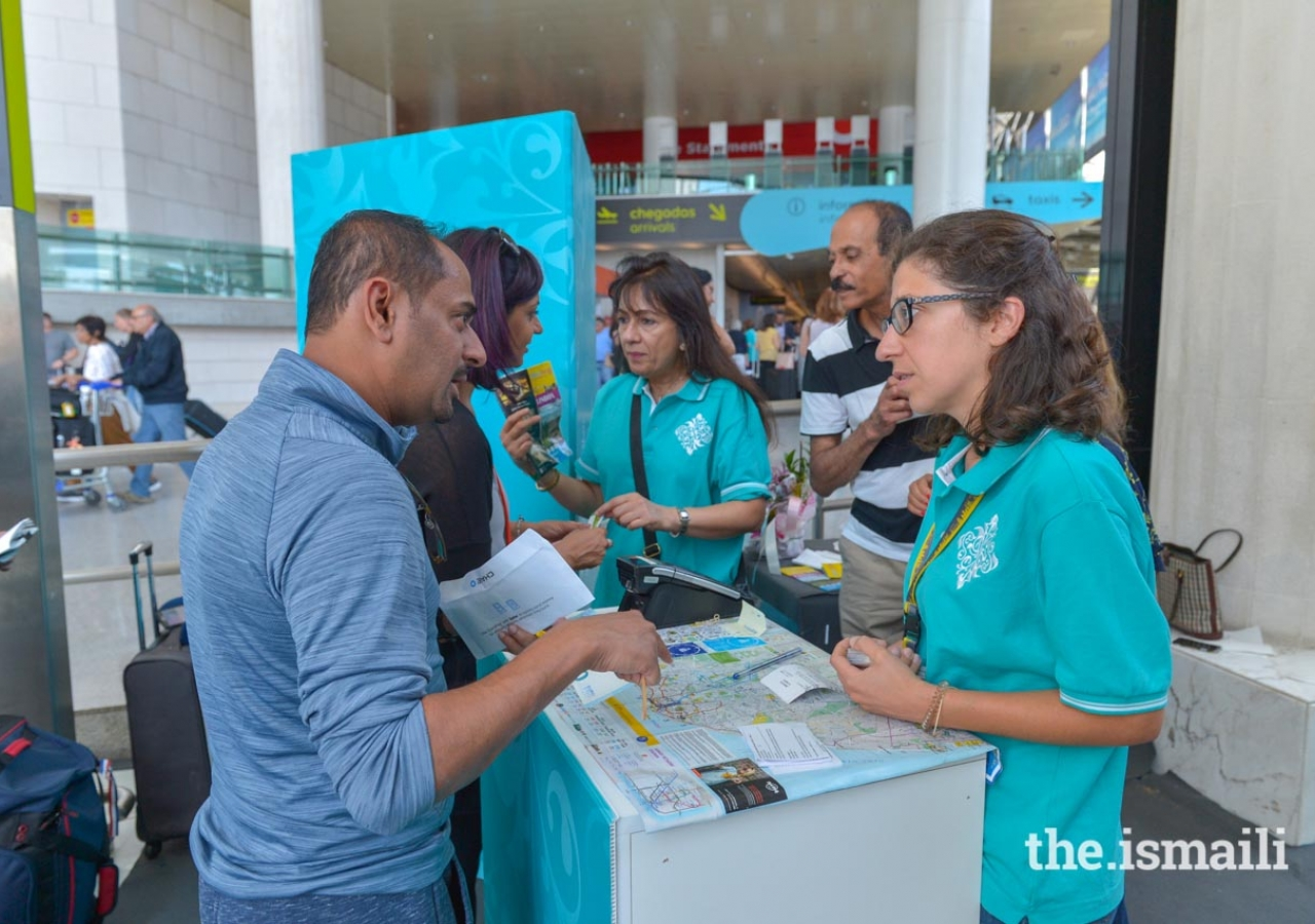 Volunteers provide local information for easier travel around Lisbon.