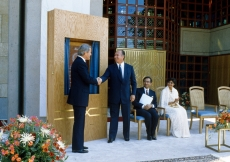 Mawlana Hazar Imam and Prime Minister Brian Mulroney shake hands following the unveiling of a plaque commemorating the opening of the Ismaili Centre, Vancouver.