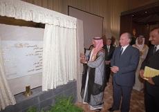 His Highness Sheikh Ahmed Bin Saeed Al Maktoum unveils the Foundation Ceremony commemorative plaque.