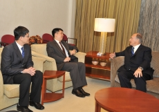 Mawlana Hazar Imam in discussion with Samuel Tan Chi Tse, Acting Director for the Middle East, North Africa and Central Asia Directorate at the Ministry of Foreign Affairs.