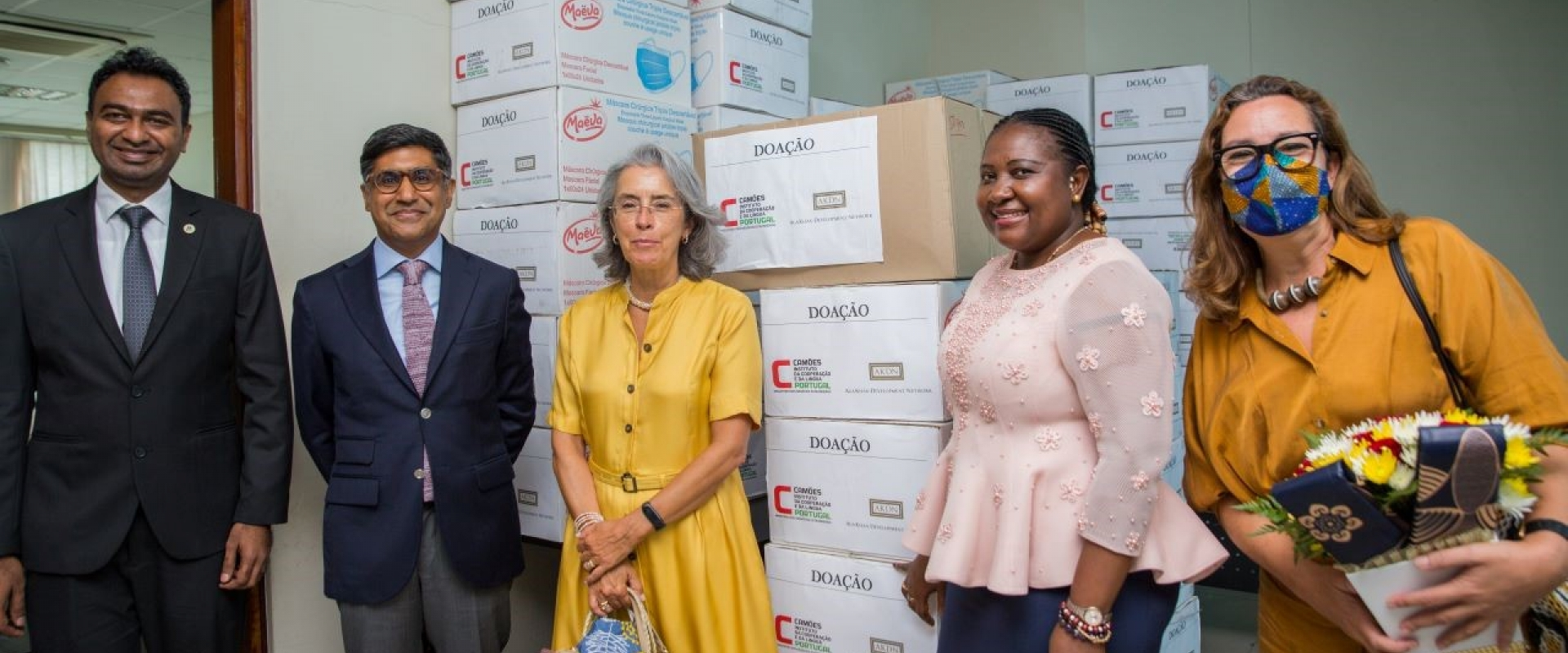 From left to right: General-Director of Moztex Fazmil Fyzer, Adjunct to the AKDN Diplomatic Representative Rui Carimo,Ambassador of Portugal to Mozambique Maria Amélia Paiva, Secretary of State of the Province of Maputo, Vitória Dias Diogo, and Councillor for Cooperation of the Embassy of Portugal to Mozambique Patrícia Pincarilho, posing in front of the donated goods.