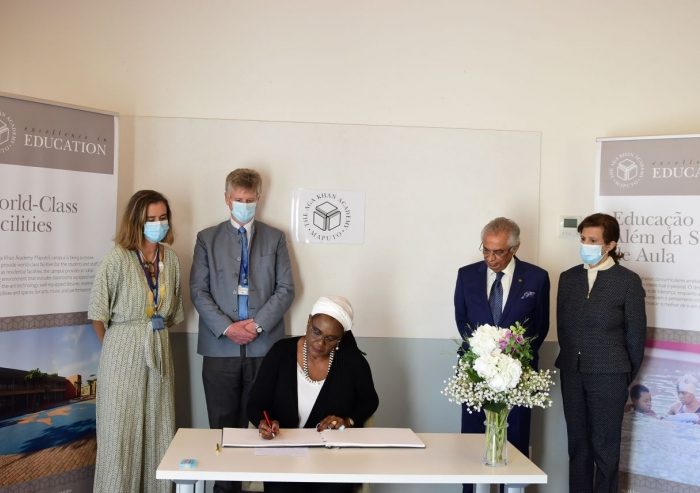 The moment of signing the honor guest book by the Minister of Education and Human Development Rita Carmelita Namashulua, after the visit and meeting, in the presence of the leadership of the Aga Khan Development Network and the Aga Khan Academy