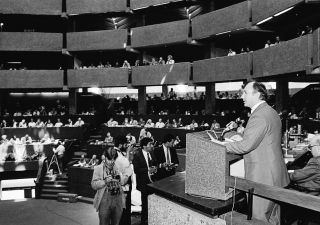 His Highness the Aga Khan delivering the keynote address to the 30th General Assembly of the International Press Institutes (IPI) in Nairobi, 02 March 1981.