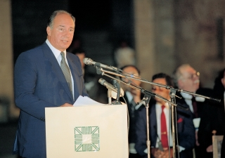 His Highness the Aga Khan addressing the audience at the Aga Khan Award for Architecture (AKAA) 1989 ceremony.