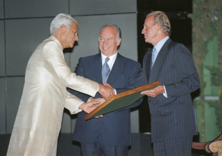 His Highness the Aga Khan and His Royal Majesty the King Juan Carlos presenting his certificate to Professor Charles Correa, architect winner for the Vidhan Bhavan project (India) at the 1998 Aga Khan Award for Architecture held in the Alhambra Palace.