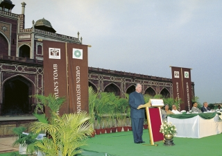 Mawlana Hazar Imam addressing the distinguished guests at the ceremony to inaugurate the restored Humayun's Tomb Gardens.