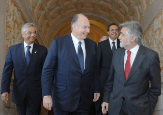 Mawlana Hazar Imam arrives at the Portuguese Ministry of State and Foreign Affairs with Foreign Minister Luis Amado for the signing of the international agreement between the Portuguese Republic and the Ismaili Imamat. They are accompanied by AKDN Residen