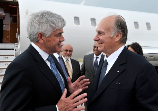 Upon his arrival in Ottawa, Mawlana Hazar Imam was welcomed by Canadian Minister of Foreign Affairs Lawrence Cannon, Ismaili Council for Canada President Mohamed Manji, and other leaders of the Jamat and AKDN institutions in Canada.