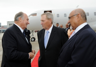 Upon his arrival in Toronto this afternoon, Mawlana Hazar Imam was greeted by the Honourable Gerry Phillips, Minister Without Portfolio and Chair of Cabinet in the Government of Ontario, as well as Mohamed Manji, President of the Ismaili Council for Canad