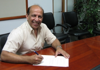 Salim Mohamed signing his TKN contract at the PCM Dubai Office on 5 March 2008. He would serve as PCM's Regional Project Manager for East Africa.