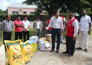Governor of Gaza Province, Raimundo Diomba, receives a donation of food and cooking utensils for flood victims in Chibuto District, delivered by representatives of the AKDN and the Ismaili community.
