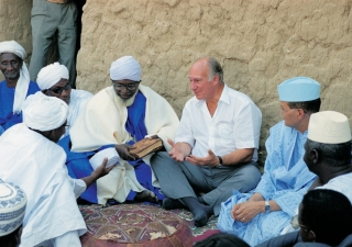 The Aga Khan (center) and then-Prime Minister of Mali Ahmed Mohamed Ag Hamani (at his left) at the 14th century Djingareyber Mosque in Timbuktu, with Mr. Abdramane ben Essayouti, the Imam of the Mosque and local dignitaries.