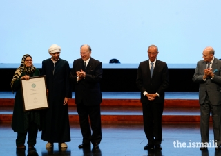 Mustafa Said, Laureate of the Performance category is conferred with an Aga Khan Music Award by Mawlana Hazar Imam, His Excellency President Marcelo Rebelo de Sousa, and Prince Amyn.
