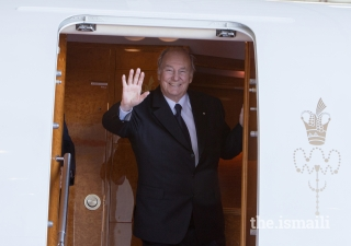 Mawlana Hazar Imam waves farewell before departing Vancouver.